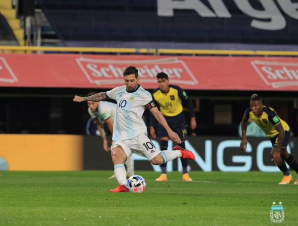 Con grito de Lionel Messi de penal, Argentina venció a Ecuador en el debut. Foto: Twitter @Argentina