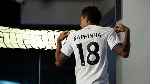 Raphinha posando con su nueva camiseta / FOTO: Leeds United