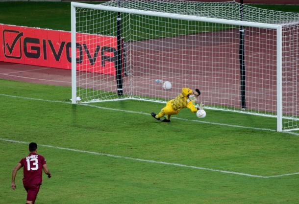 Silva detuvo el penal de Herrera y evitó el empate. Foto: @Albirroja