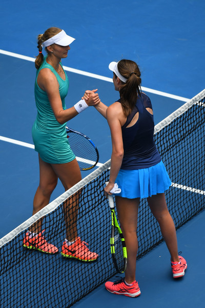 Both players meet at the net after the match | Photo: Quinn Rooney/Getty Images AsiaPac