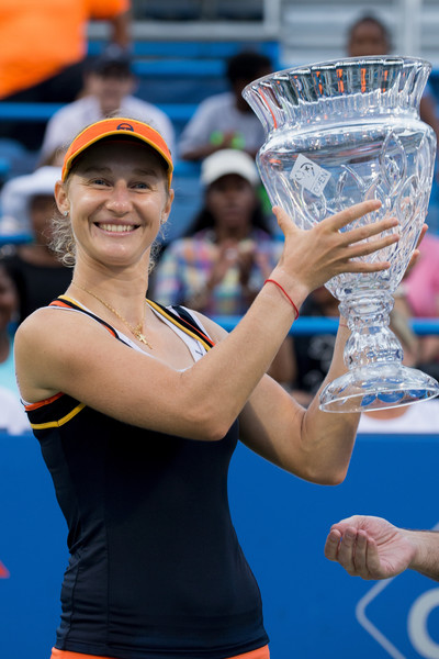 Ekaterina Makarova poses along with her trophy in Washington | Photo: Tasos Katopodis/Getty Images North America