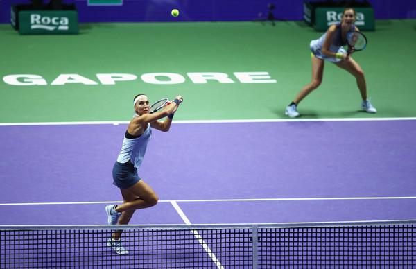 Elena Vesnina prepares to smash a shot | Photo: Clive Brunskill/Getty Images AsiaPac