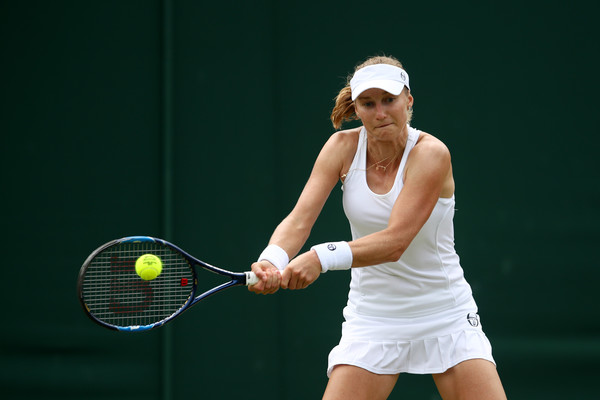 Ekaterina Makarova hits a backhand during the match | Photo: Julian Finney/Getty Images Europe