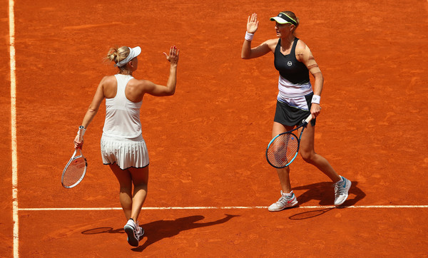 Makarova and Vesnina celebrate winning a point during the match | Photo: Clive Brunskill/Getty Images Europe