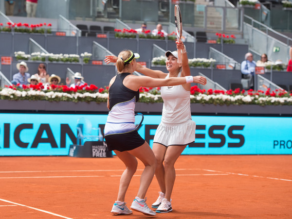 Makarova and Vesnina celebrate the impressive win | Photo: Denis Doyle/Getty Images Europe