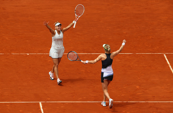 Makarova/Vesnina raise their arms in celebration and delight after the win | Photo: Clive Brunskill/Getty Images Europe