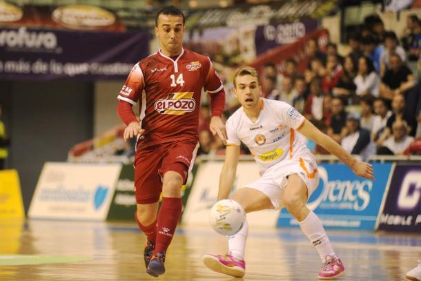Adri se lleva el balón ante la mirada de Pedro | Foto: La Verdad
