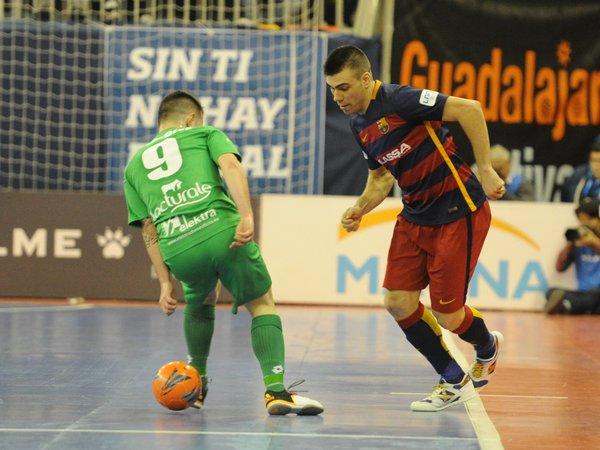 Sergio Lozano regatea a un jugador de Magna Gurpea | Foto: FC Barcelona