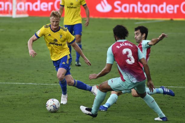 Jens Jønsson, ante el Villarreal CF | Fuente: @Cadiz_CF (Twitter)