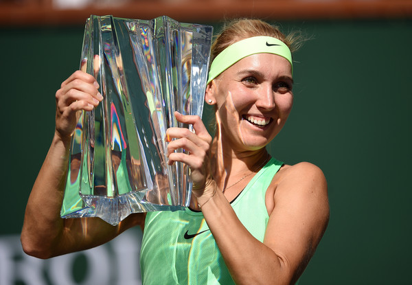Elena Vesnina with her title in Indian Wells | Photo: Kevork Djansezian/Getty Images North America