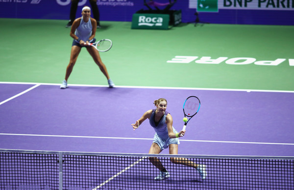 Ekaterina Makarova and Elena Vesnina in action during their Singapore quarterfinal match | Photo: Clive Brunskill/Getty Images AsiaPac