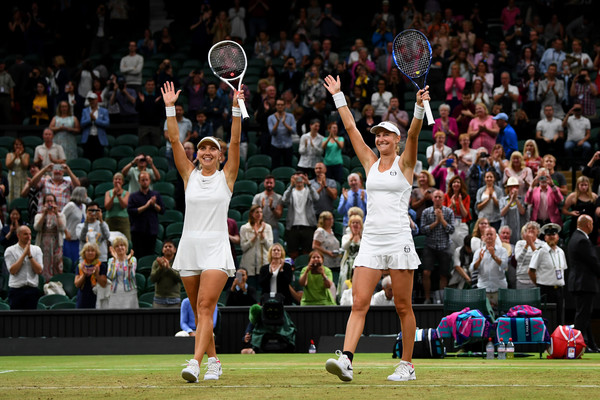 Elena Vesnina and Ekaterina Makarova applauds the crowd after their triumph at Wimbledon | Photo: Shaun Botterill/Getty Images Europe