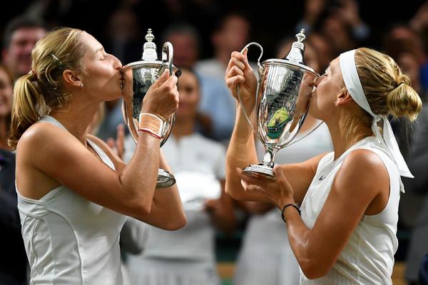 Ekaterina Makarova and Elena Vesnina kisses their doubles title at the Wimbledon Championships | Photo: Shaun Botterill/Getty Images Europe