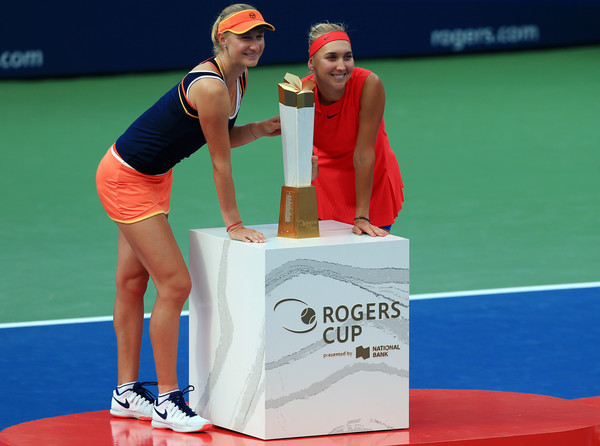 Ekaterina Makarova and Elena Vesnina pose along with their trophy in Toronto | Photo: Vaughn Ridley/Getty Images North America