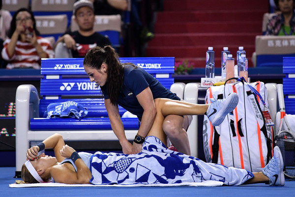 Elena Vesnina receives a medical time-out for her hip injury | Photo: Wang He/Getty Images AsiaPac