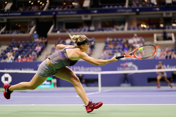 Elina Svitolina returns a shot | Photo: Abbie Parr/Getty Images North America