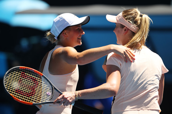 Both players share a warm hug at the net after the encounter | Photo: Mark Kolbe/Getty Images AsiaPac