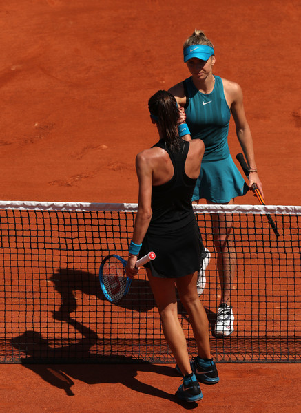 Both players meet at the net for a handshake after the match | Photo: Matthew Stockman/Getty Images Europe