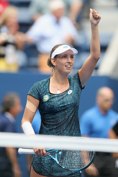 Elise Mertens applauds the supportive crowd after the win | Photo: Elsa/Getty Images North America