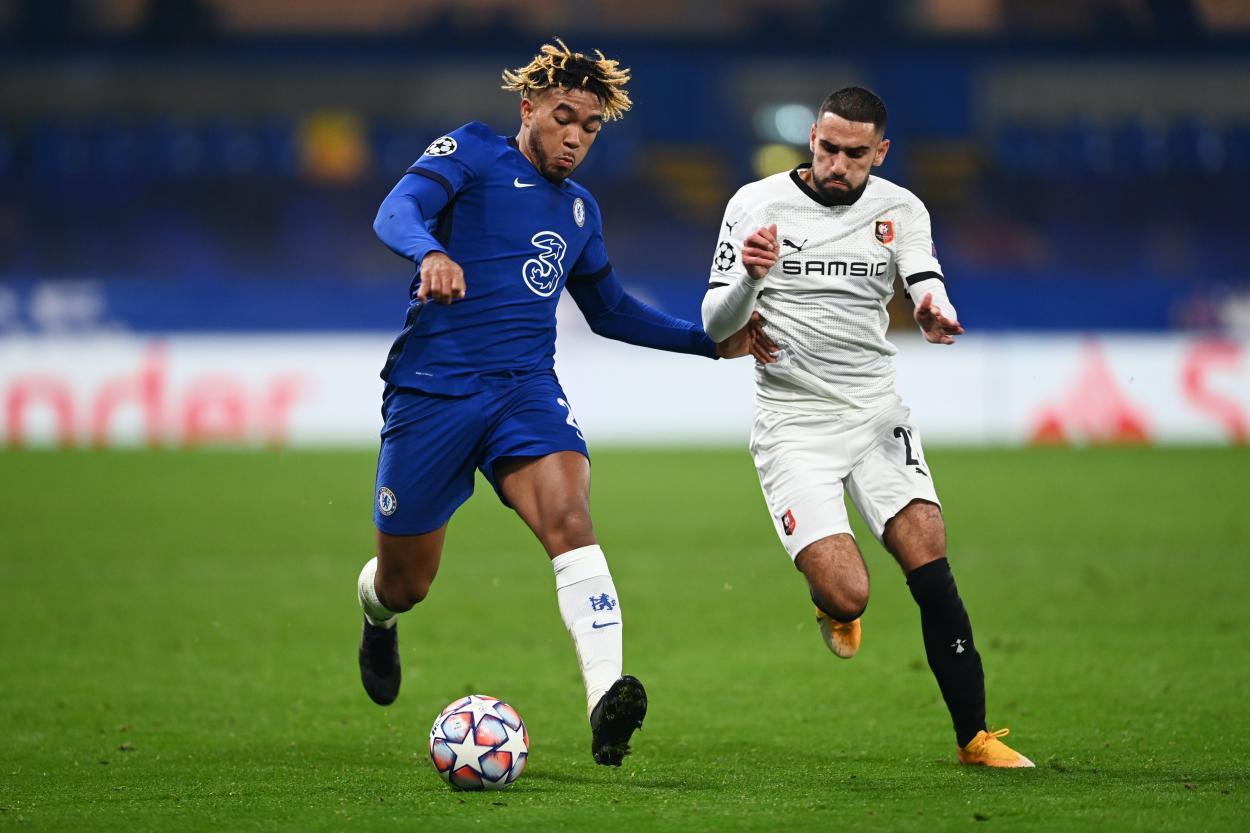 James y Del Castillo, en disputa de balón.   Fuente: Chelsea FC