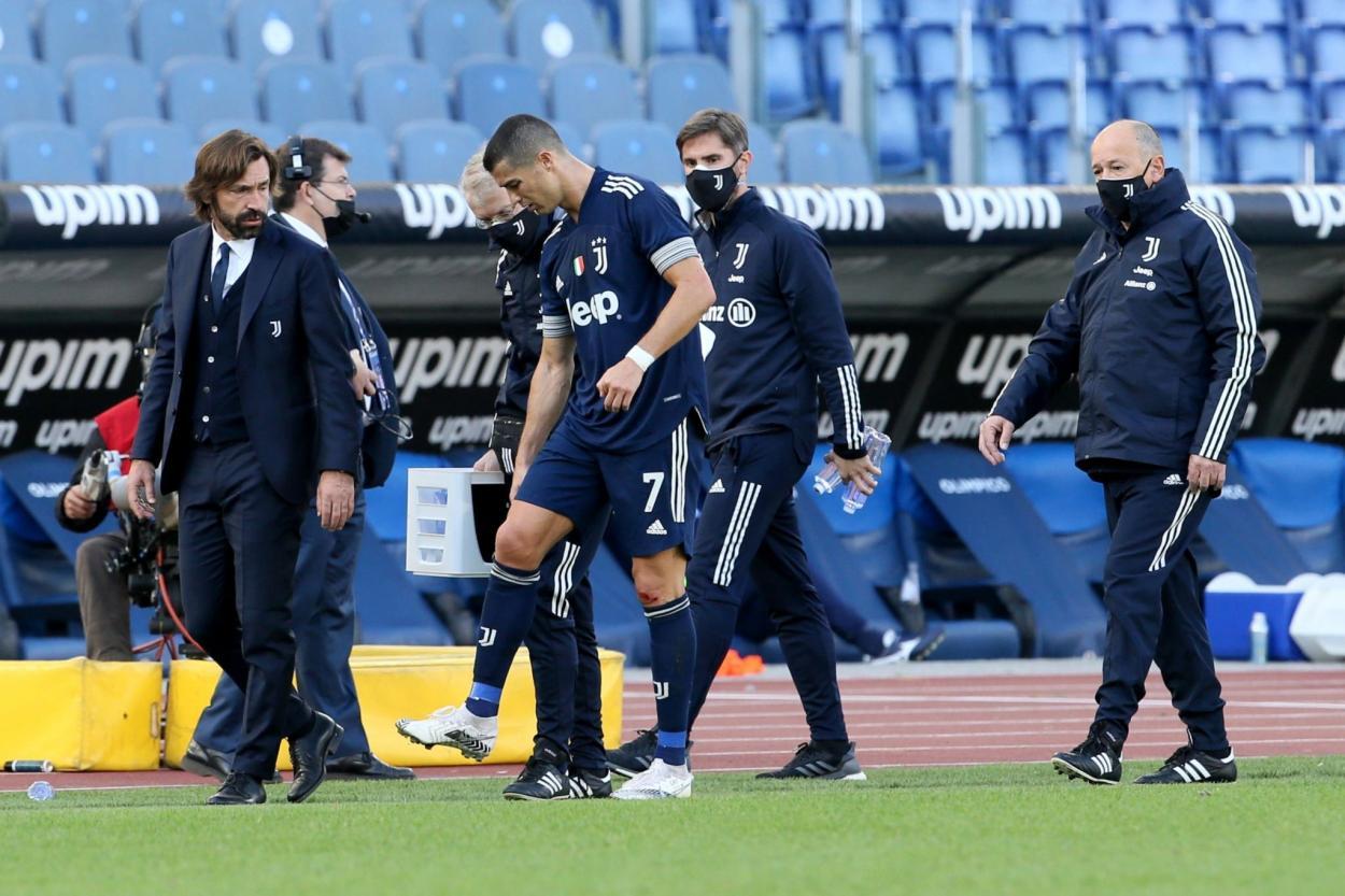 Momento en el que CR se retira con molestias / FOTO: Serie A
