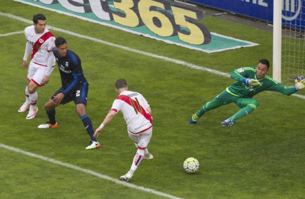 Embarba rematando a portería el balón que abría el marcador contra el Real Madrid. Foto: La liga