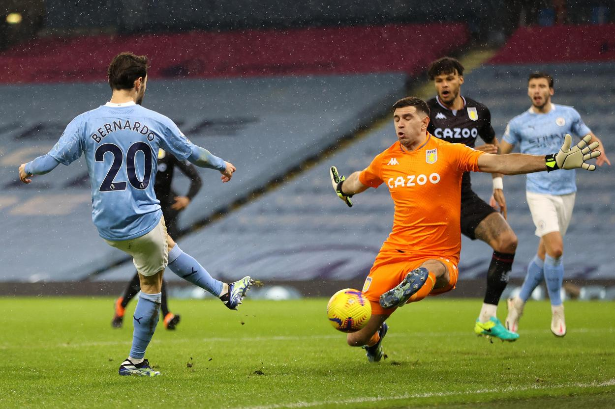 Emiliano Martínez deteniendo un disparo de Bernardo Silva frente al City.  |  Foto: Aston Villa.