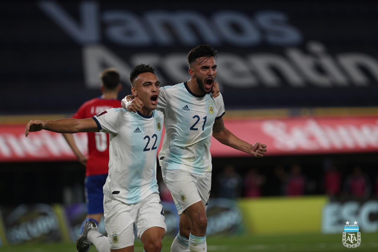 Nicolás González festejó su primer gol oficial con la Selección Argentina, junto a Lautaro Martínez. Foto: AFA.