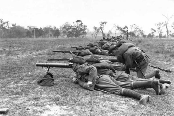 Soldados australianos usando rifles y RPG para atacar a los emús