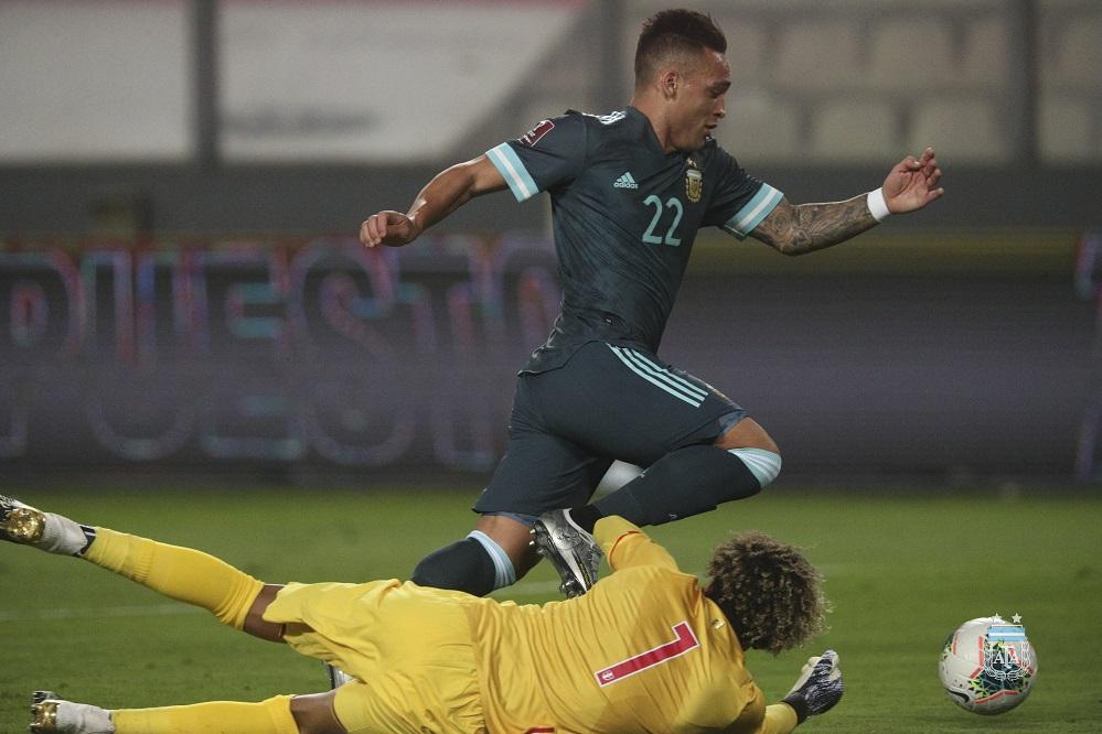 El Toro Martínez desaparramó a Gallese, en el segundo gol de Argentina. Foto: Web.
