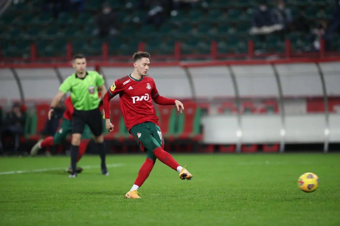 Alekséi Miranchuk anotando de penal en la victoria del Lokomotiv. / Twitter: FC Lokomotiv Moscow  