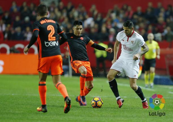 Enzo Perez (C) was a standout player for Valencia | Photo: LaLiga