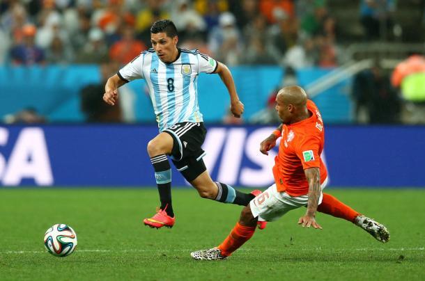 Enzo Pérez volta ao time titular da Argentina, provavelmente aberto pela direita. Na Copa do Mundo, Enzo também jogou nesta função, mas pelo lado esquerdo, substituindo Di María, e teve boas atuações (Foto: Ronald Martínez/Getty Images)