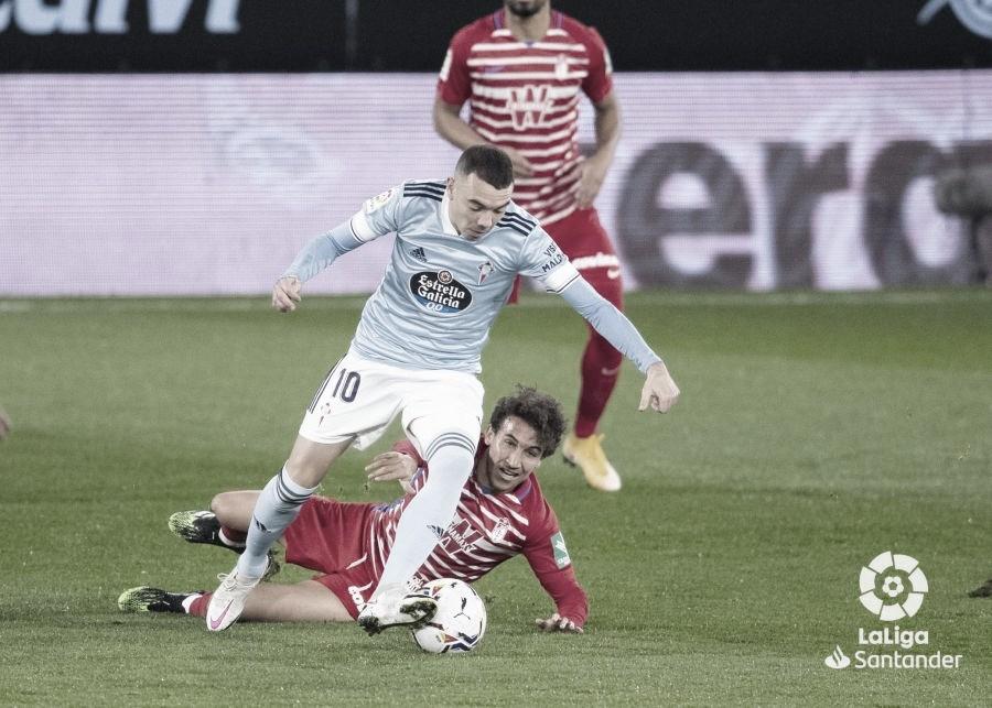 Iago Aspas pugnando un balón con Luís Milla. | Foto: La Liga.