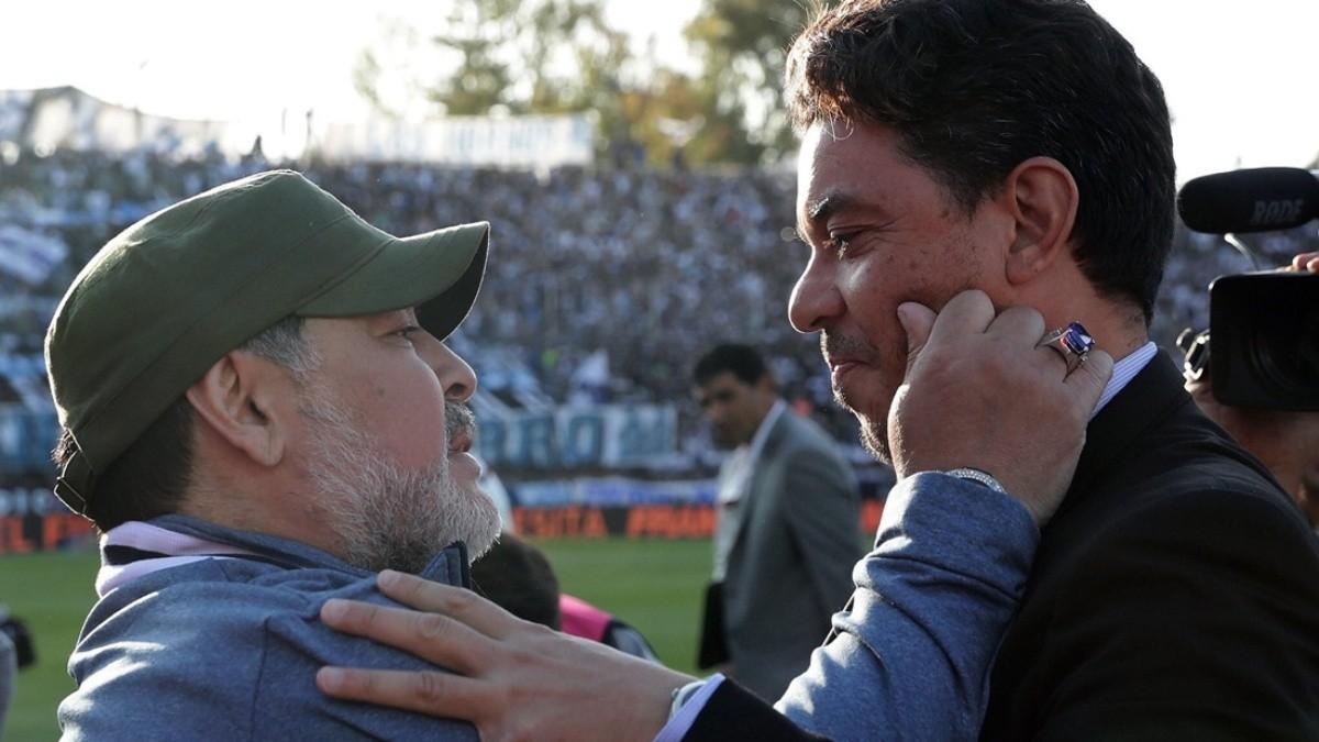 Gallardo saludaba a Maradona, en un partido en el que River enfrentaba a Gimnasia en La Plata. Foto: Web.