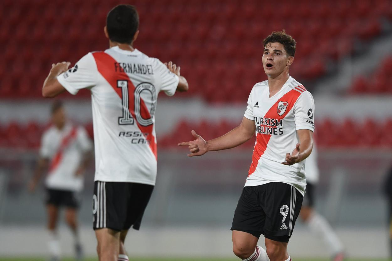 Nacho Fernández va a felicitar a Julián Álvarez por su gol. Foto: River Oficial.