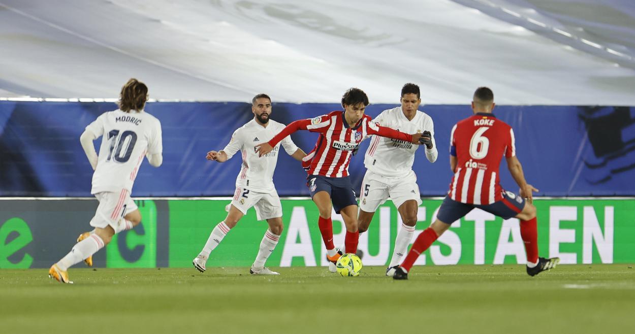 Jugada en la cuál Casemiro recibió la primera amarilla del encuentro. / Twitter: Atlético de Madrid oficial