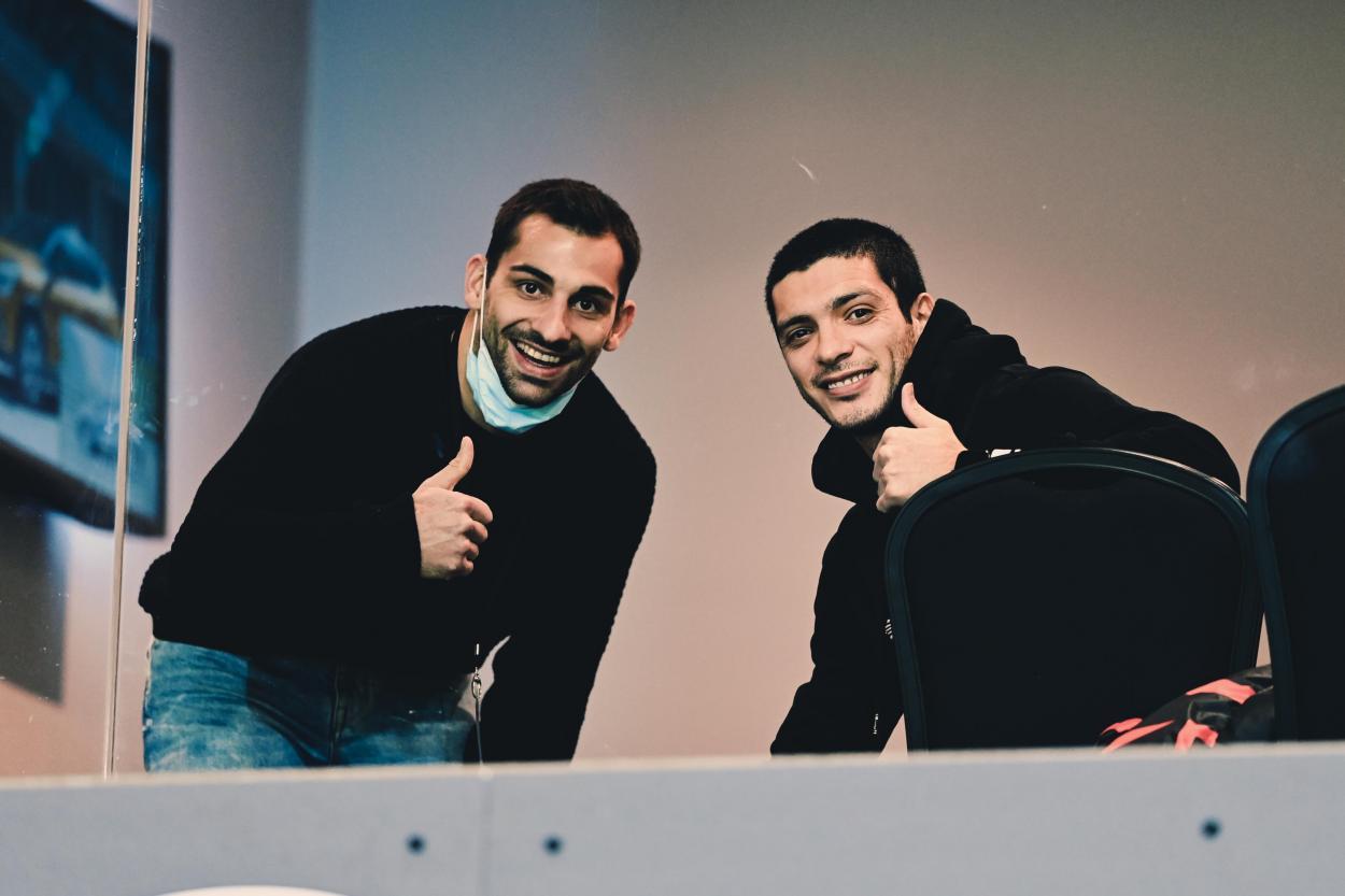 Jonny y Raúl Jiménez viendo el partido de equipo esta noche / Foto: Twitter @Wolves