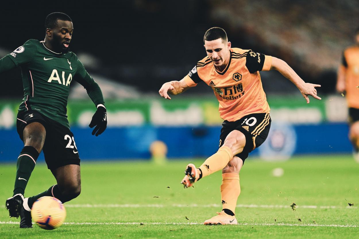 Ndombèlé y Podence disputan un balón / Foto: Twitter @Wolves