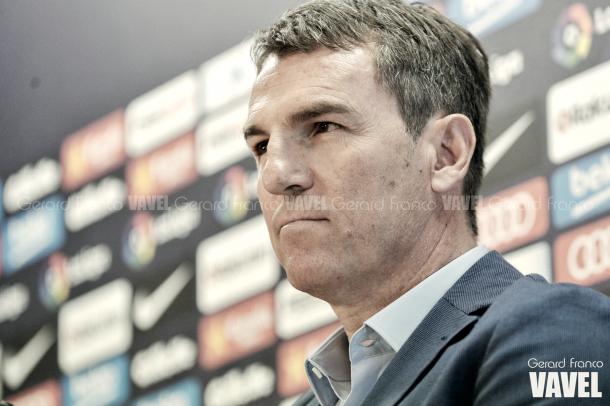 El secretario técnico del Barça, Robert Fernández, firme ante las preguntas de los periodistas. Foto: Gerard Franco, VAVEL.com