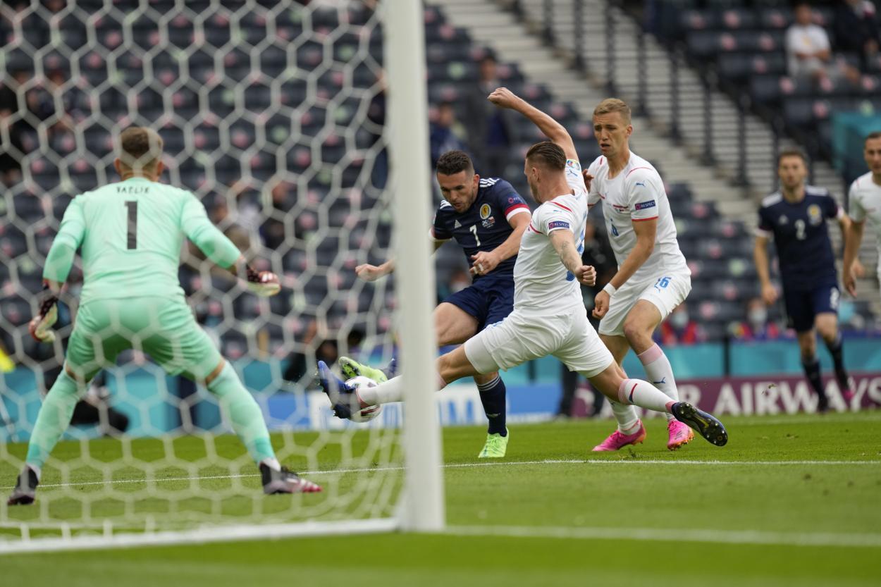 Primera ocasión del choque obra de McGinn   Imagen: UEFA