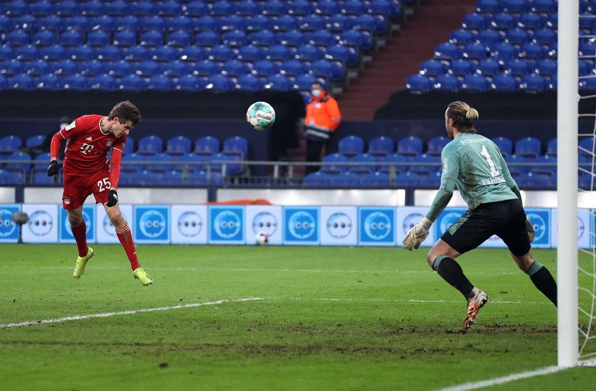 Thomas Müller en plena acción para convertir su primer gol / Foto: @FCBayern