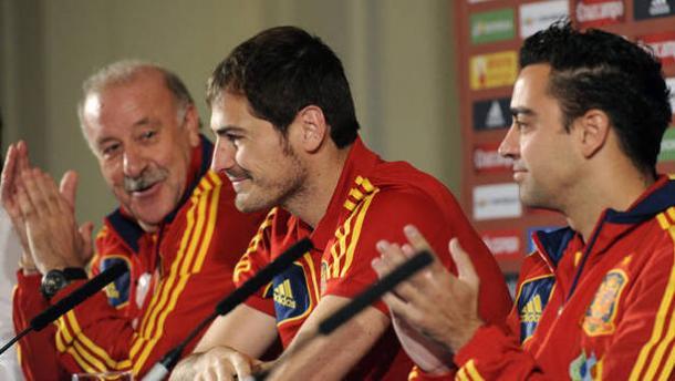 De izquierda a derecha la edad de oro del fútbol español: Del Bosque, Casillas y Xavi. Cortesía de www.noticiasdenavarra.com