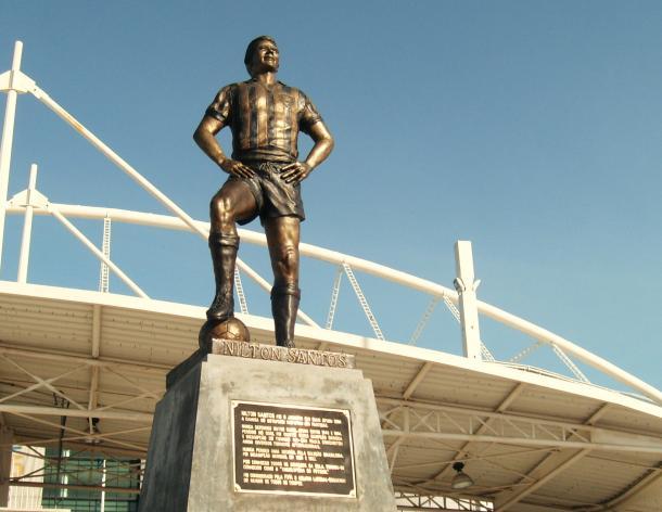La estatua fue inaugurada en el 2009 y está ubicada en la entrada principal.| Foto: Globoesporte