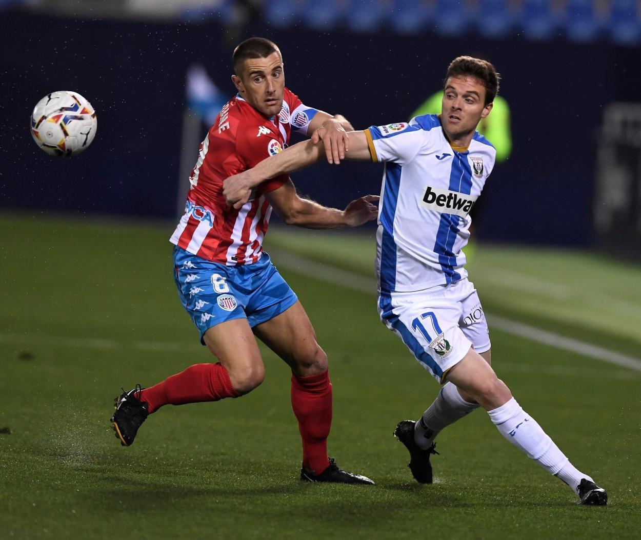 Eraso peleando por el balón con un jugador del Lugo | Foto: CD Leganés
