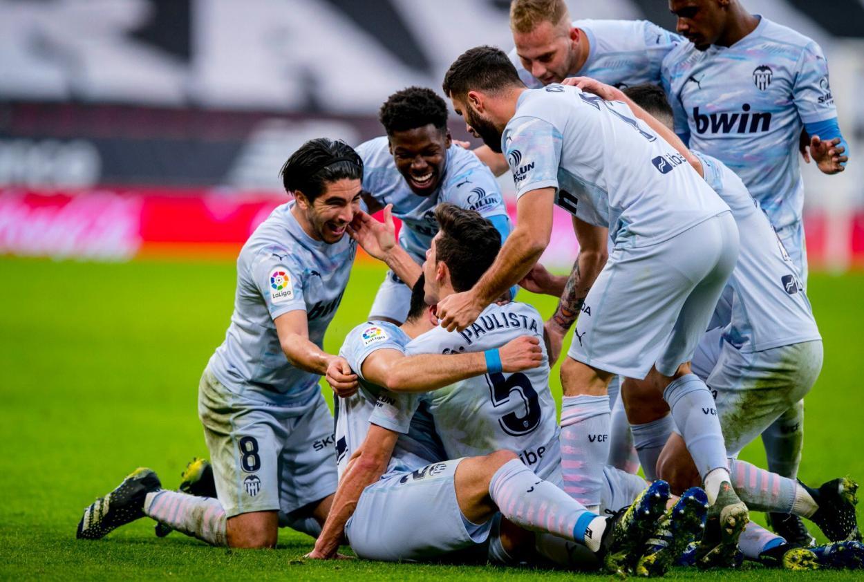 El equipo celebrando un gol. Fuente: Twitter(@Carlos10Soler)