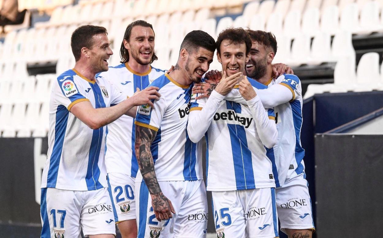 Rubén Pardo celebrando el primer gol junto a sus compañeros   Foto: CD Leganés