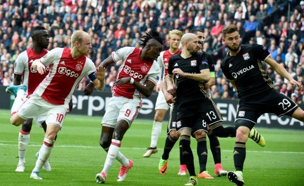Il colpo di testa di Traoré per l'1-0. | Fonte immagine: Twitter @EuropaLeague