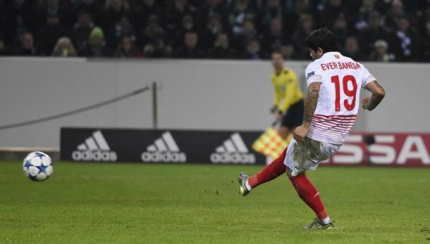 Ever Banega en el partido de la Europa League frente al Liverpool | Foto: Sevilla FC