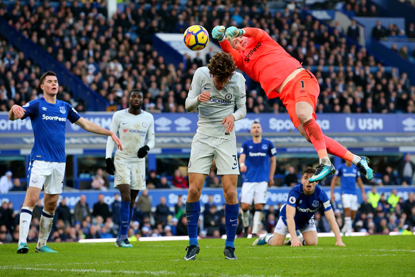 Pickford despeja ante Marcos Alonso. Foto: Getty Images